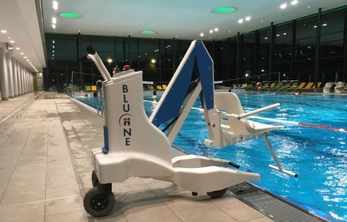 elevador de piscina eléctrico para facilitar el acceso a la piscina